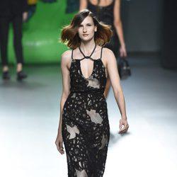 Vestido negro con redecilla de la colección de primavera/verano 2016 de Ana Locking en Madrid Fashion Week