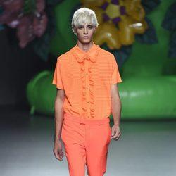 Camisa y pantalón en tonos anaranjados de la colección de primavera/verano 2016 de Ana Locking en Madrid Fashion Week