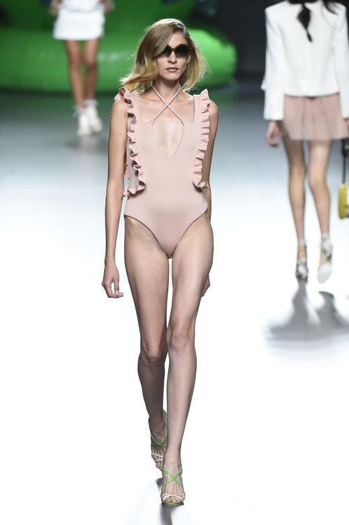 Bañador rosa nude de la colección de primavera/verano 2016 de Ana Locking en Madrid Fashion Week