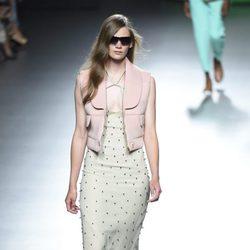 Vestido con abalorios y chaleco rosa de la colección de primavera/verano 2016 de Ana Locking en Madrid Fashion Week