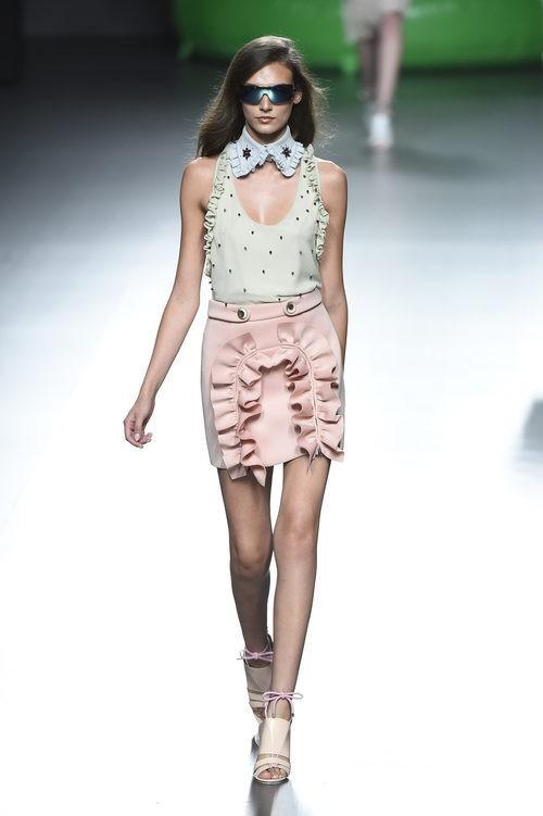 Minifalda rosa y camisa con abalorios de la colección de primavera/verano 2016 de Ana Locking en Madrid Fashion Week