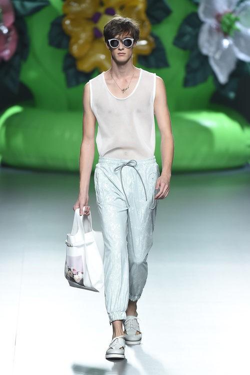 Camiseta con transparencias y pantalón aguamarina de la colección de primavera/verano 2016 de Ana Locking en Madrid Fashion Week