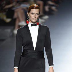 Vestido negro con esmoquin de la colección de primavera/verano 2016 de David Delfín en Madrid Fashion Week