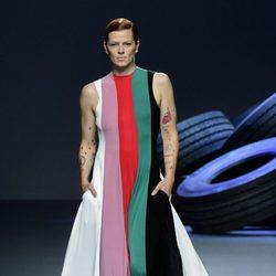 Vestido de rayas de colores de la colección de primavera/verano 2016 de David Delfín en Madrid Fashion Week