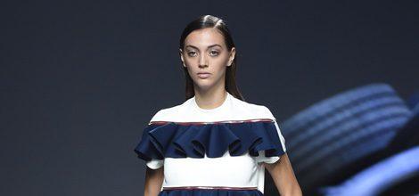 Vestido blanco y azul de volantes de la colección de primavera/verano 2016 de David Delfín en Madrid Fashion Week