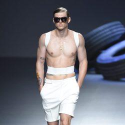 Corrector de postura y pantalón corto de la colección de primavera/verano 2016 de David Delfin en Madrid Fashion Week