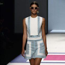 Vestido gris y blanco de la colección de primavera/verano 2016 de Devota & Lomba en Madrid Fashion Week