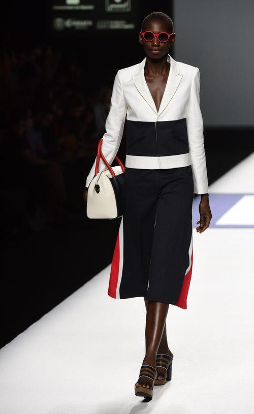 Traje de chaqueta blanco rojo y azul de la colección de primavera/verano 2016 de Devota & Lomba en Madrid Fashion Week