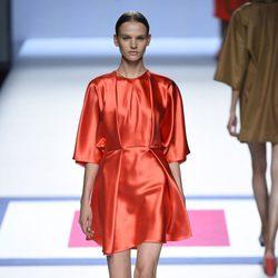 Vestido rojo de manga corta de la colección de primavera/verano 2016 de Devota&Lomba en Madrid Fashion Week
