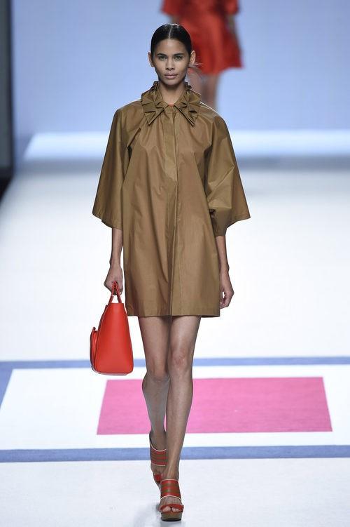 Abrigo marron de plástico de la colección de primavera/verano 2016 de Devota&Lomba en Madrid Fashion Week