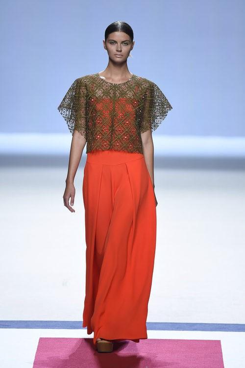 Camiseta marrón sobre vestido naranja de la colección de primavera/verano 2016 de Devota&Lomba en Madrid Fashion Week