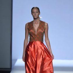 Vestido naranja y marrón con vuelo de la colección de primavera/verano 2016 de Devota&Lomba en Madrid Fashion Week