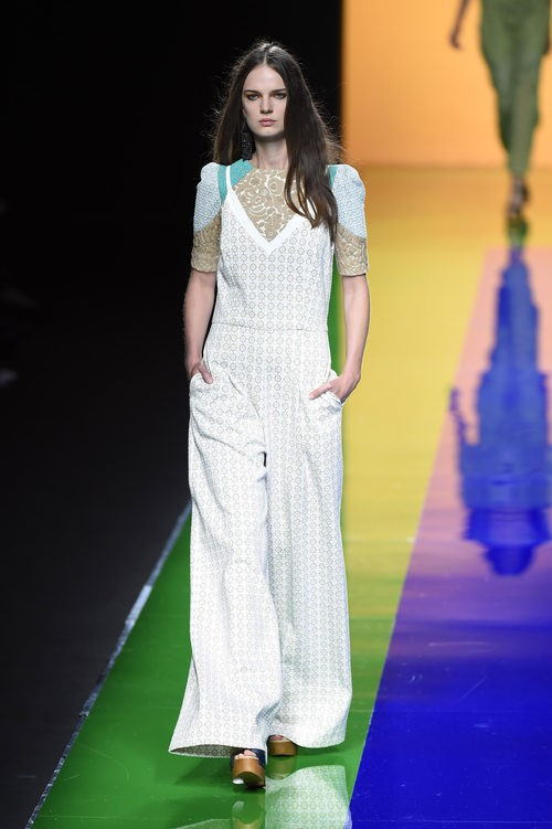 Mono blanco y beige de la colección de primavera/verano 2016 de Ailanto en Madrid Fashion Week