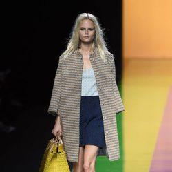 Abrigo de rayas y vestido azul de la colección de primavera/verano 2016 de Ailanto en Madrid Fashion Week