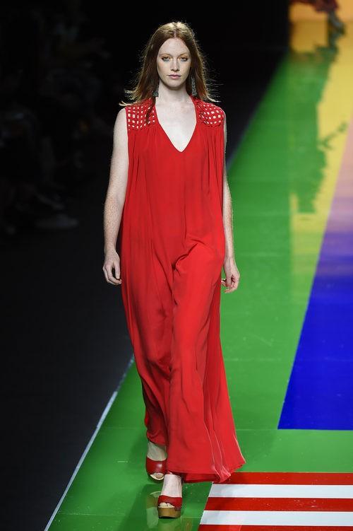 Vestido rojo largo de la colección de primavera/verano 2016 de Ailanto en Madrid Fashion Week