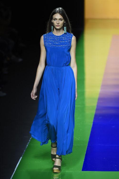 Vestido azul largo de la colección de primavera/verano 2016 de Ailanto en Madrid Fashion Week