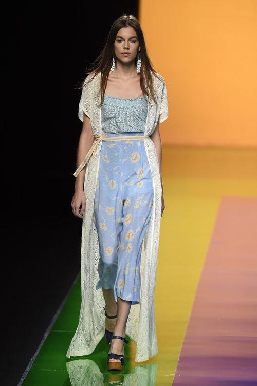 Vestido blanco y beige de la colección de primavera/verano 2016 de Ailanto en Madrid Fashion Week