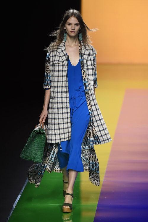 Vestido azul con abrigo de cuadros de la colección de primavera/verano 2016 de Ailanto en Madrid Fashion Week