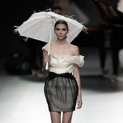 Conjunto de falda balnco y negro de Ion Fiz para primavera/verano 2016 en Madrid Fashion Week