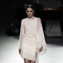 Vestido color crema de Ion Fiz para primavera/verano 2016 en Madrid Fashion Week