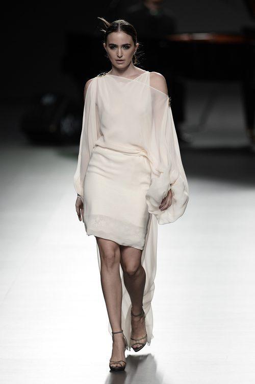 Vestido color crema de Ion Fiz para primavera/verano 2016 en Madrid Fashion Week