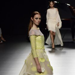 Vestido amarillo de Ion Fiz para primavera/verano 2016 en Madrid Fashion Week
