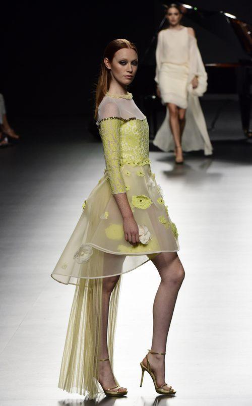 Vestido amarillo de Ion Fiz para primavera/verano 2016 en Madrid Fashion Week