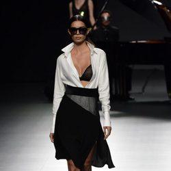 Conjunto de falda y blusa blanco y negro de Ion Fiz para primavera/verano 2016 en Madrid Fashion Week