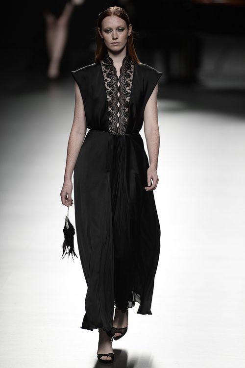 Vestido negro de Ion Fiz para primavera/verano 2016 en Madrid Fashion Week