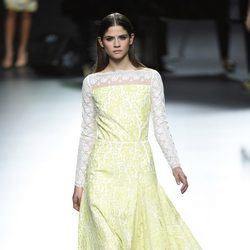 Vestido amarillo y blanco de Ion Fiz para primavera/verano 2016 en Madrid Fashion Week