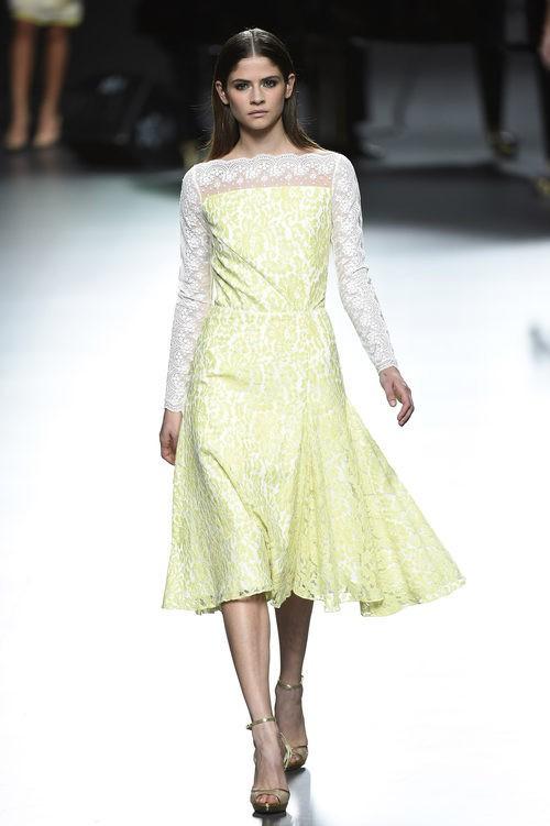 Vestido amarillo y blanco de Ion Fiz para primavera/verano 2016 en Madrid Fashion Week