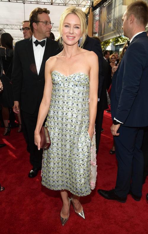 Naomi Watts luce un vestido sencillo con bordados de lentejuelas en la alfombra roja de los Emmy 2015