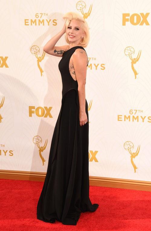 Lady Gaga luce un minimalista vestido negro en la alfombra roja de los Emmy 2015