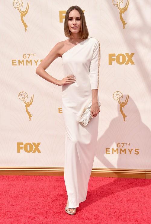 Louise Roe luce un vestido blanco de escote asimétrico en la alfombra roja de los Emmy 2015