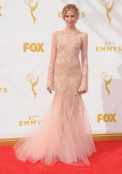 Caitlin Gerard luce un ceñido vestido rosa nude en la alfombra roja de los Emmy 2015