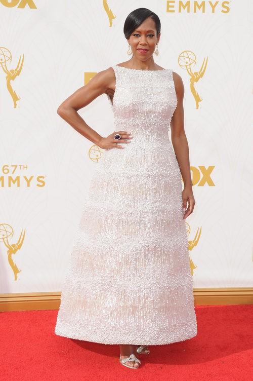 Regina King escoge un vestido blanco brillante para lucirse en la alfombra roja de los Emmy 2015