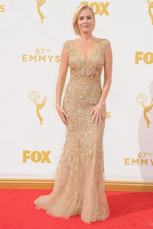 Penelope Ann Miller con vestido de Lorena Sarbu en la alfombre roja de los premios Emmy 2015