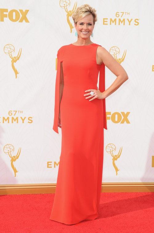 Melora Hardin con vestido rojo en la alfombra roja de los Emmy 2015