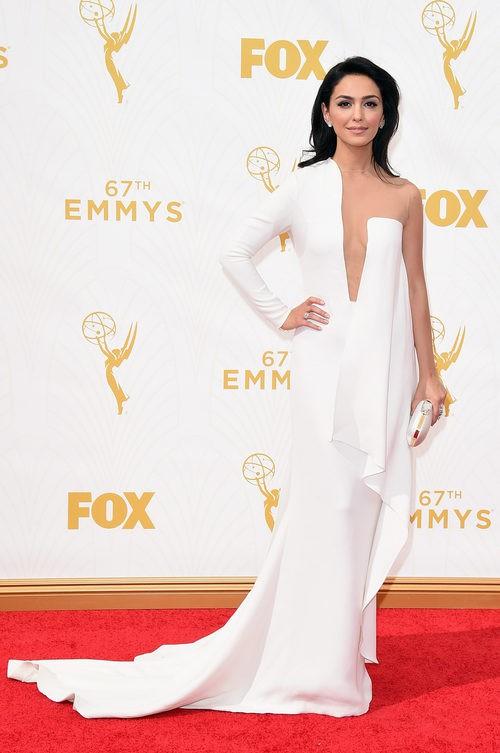 Nazanin Boniadi con un vestido blanco en la alfombra roja de los premios Emmy 2015