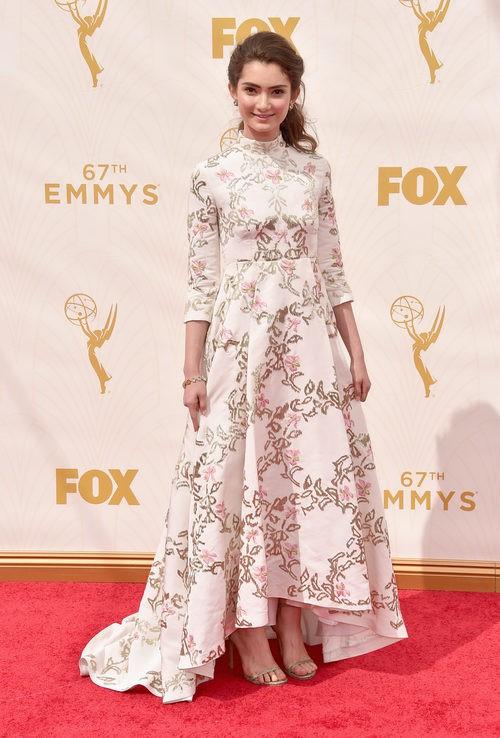 Emily Robinson con un vestido con motivos florales en la alfombra roja de los premios Emmy 2015