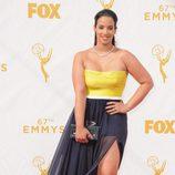 Dascha Polanco con un vestido amarillo y negro en la alfombra roja de los premios Emmy 2015