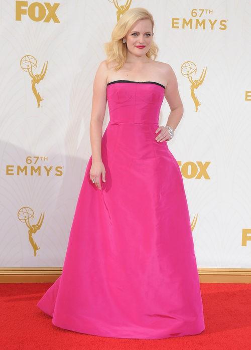 Elisabeth Moss con vestido fucsia en la alfombra roja de los premios Emmy 2015