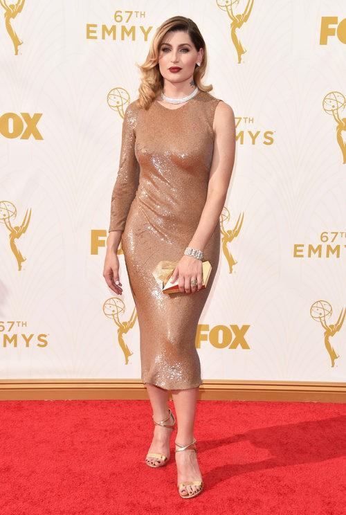 Trace Lisette con vestido marrón en la alfombra roja de los premios Emmy 2015