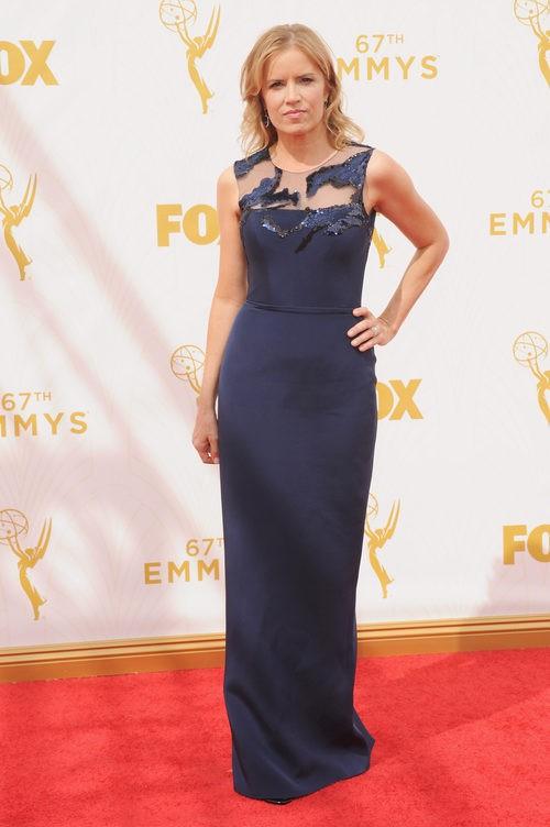 Kim Dickens con vestido azul marino en la alfombra roja de los premios Emmy 2015