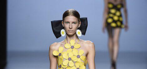Vestido amarillo de margaritas de María Escoté primavera/verano 2016 en Madrid Fashion Week