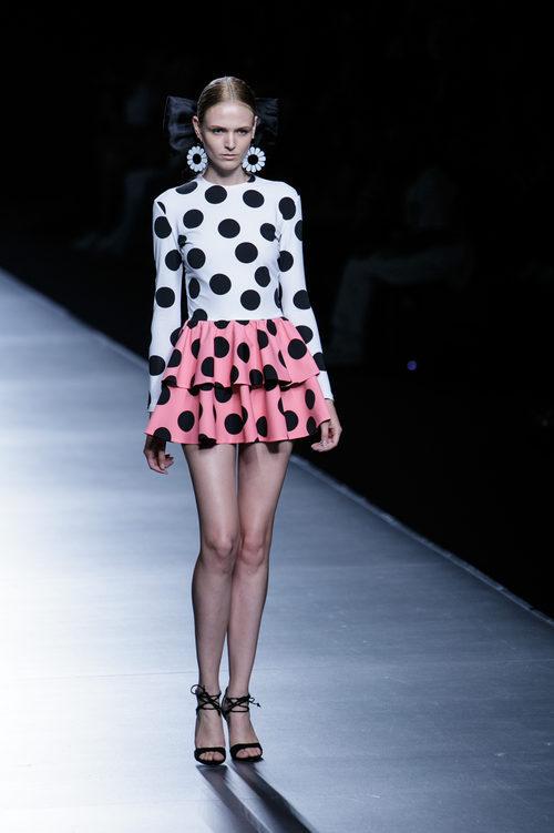 Vestido blanco y rosa de lunares de María Escoté primavera/verano 2016 en Madrid Fashion Week