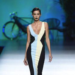 Vestido largo azul, blanco y negro de Maya Hansen primavera/verano 2016 en Madrid Fashion Week