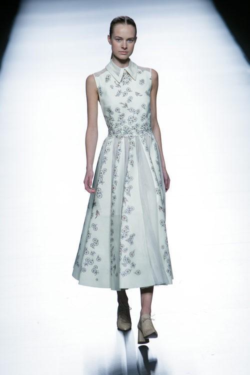 Vestido gris de la colección de primavera/verano 2016 de Teresa Helbig en Madrid Fashion Week