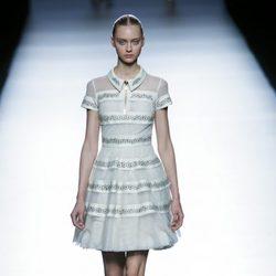Vestido gris corto de la colección de primavera/verano 2016 de Teresa Helbig en Madrid Fashion Week