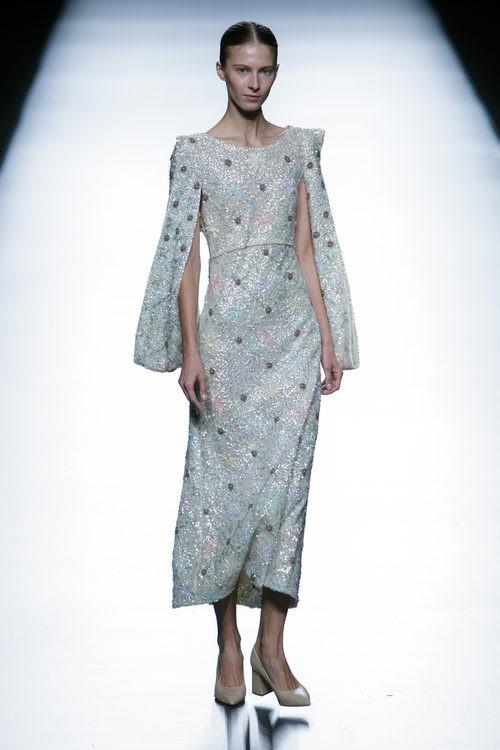 Vestido gris brillante de la colección de primavera/verano 2016 de Teresa Helbig en Madrid Fashion Week
